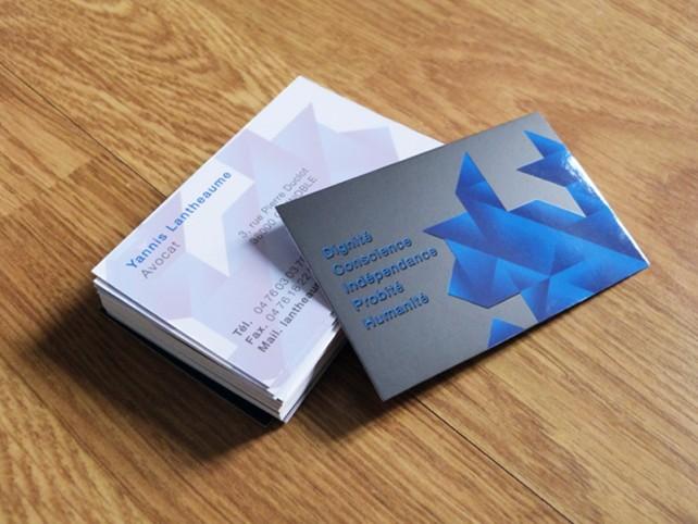 Carte de visite design et carte de visite originale. Impression couleur recto verso, finition haut de gamme avec pelliculage mat et vernis sélectif brillant. Conception graphique par l'agence Chimère.